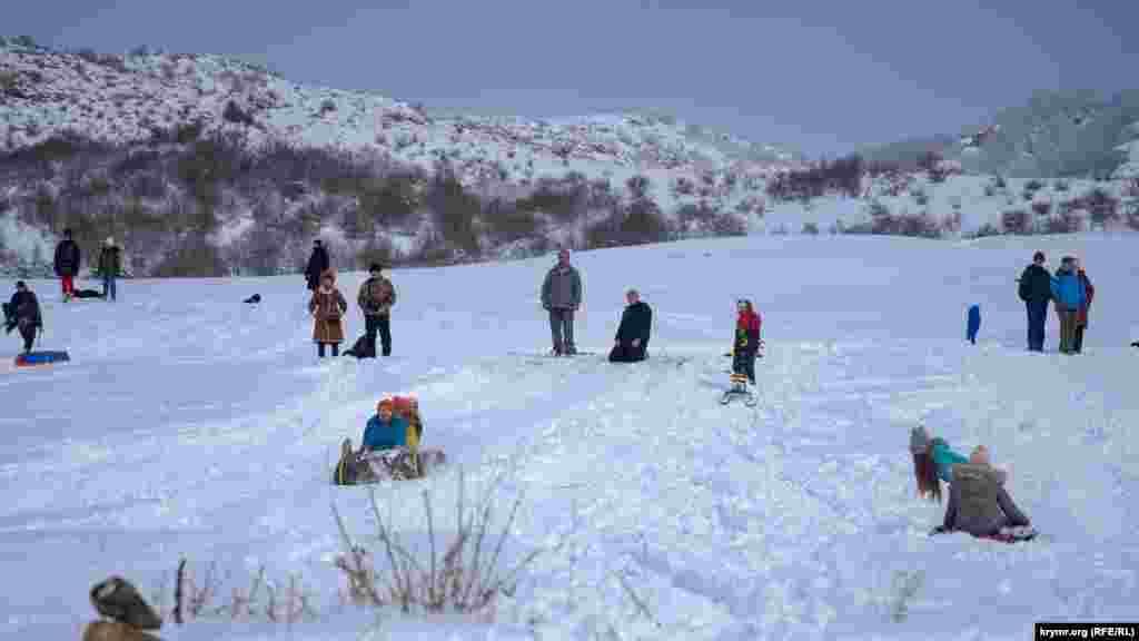Великому снігу однаково радіють і дорослі, і діти. Таких снігопадів у Криму в середині лютого не бачили з 1985 року, сказала начальник Кримського гідрометцентру Тетяна Любецька