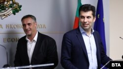 Калин Славов (вляво) и Кирил Петков при представянето на инициативата на 1 септември