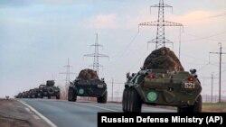 Российские бронетраспортеры (БТР) едут в сторону аэропорта для транспортировки в зону конфликта Нагорного Карабаха. 10 ноября 2020 года
