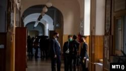 Diákok várakoznak a történelem írásbeli érettségi vizsga előtt a fővárosi Szent István Gimnáziumban, 2021. május 5-én