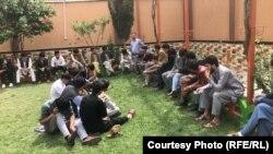شماری از کارمندان بخش تذکرههای برقی اداره ملی احصائیه و معلومات افغانستان که در اعتراض به عدم پرداخت حقوق خود، دست به اعتصاب کاری زدهاند.