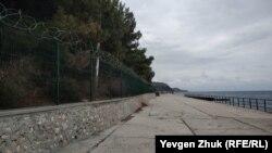 На набережной поселка Парковое появился забор, февраль 2021 года