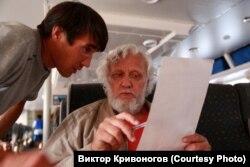 Виктор Кривоногов кет халқының өкілінен сауалнама алып отыр.
