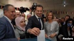 Башар Асад с женой Асмой во время голосования.