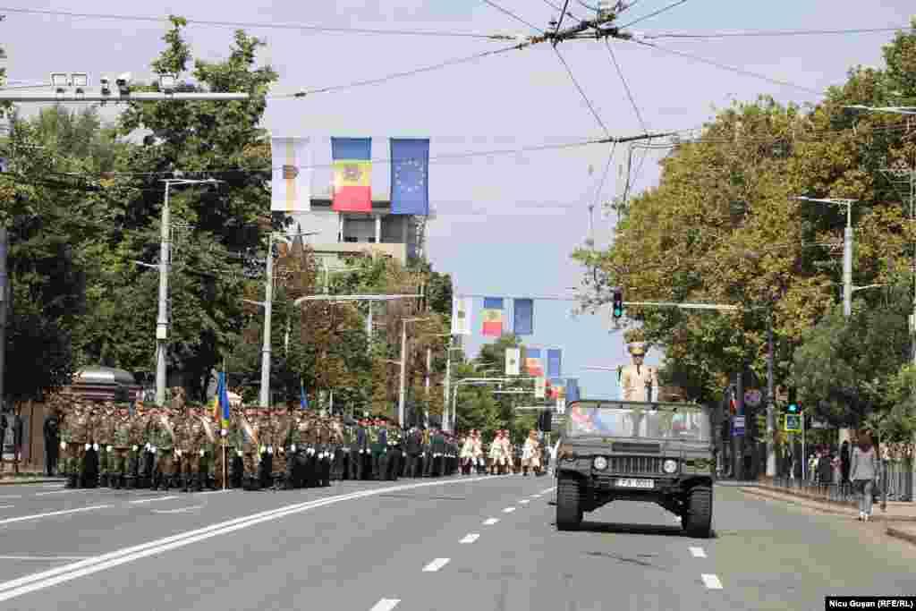 La parada militară au participat peste 1.200 de militari și polițiști, veterani ai războiului moldo-rus de la Nistru, din anul 1992