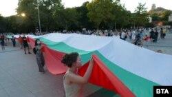 Протестиращите в Пловдив опънаха огромно знаме на централния площад в града
