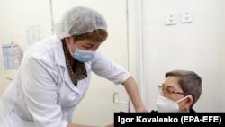 """Кыргызстанда Кытайдын """"SinoPharm"""" жана Орусиянын """"Спутник V"""" вакциналары менен эмдөө жүрүп жатат."""
