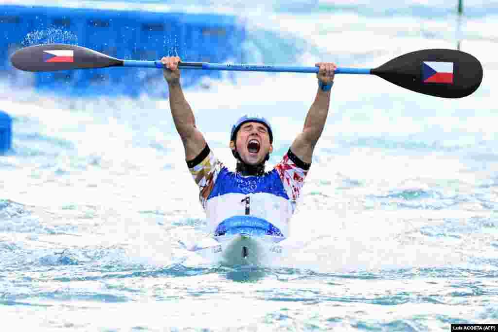 Їржі Прскавец з Чехії радіє із золотої медалі у фіналі змагань з веслування на байдарках серед чоловіків.Токіо, 30 липня 2021 року