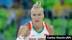 Aljena Leucsanka belarusz kosárlabda-sztár a 2016. évi nyári olimpiai játékokon, Brazíliában. Leucsankát 15 nap börtönre ítéltek, mert a sportolók tiltakozómozgalmának élére állt és részt vett egy nem engedélyezett, Lukasenka-ellenes tüntetésen.