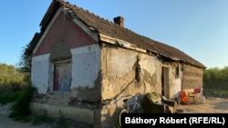 Homályos tulajdonviszonyok. Az itt élők ugyan fizettek az előző lakóknak a házért, de hogy valójában ki a tulajdonos, azt a mai napig nem tudják, pedig már évek óta itt laknak. Magy, Magyarország.