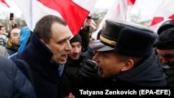 Opozicioni političar Pavel Sevjarunec se raspravlja sa policajcom tokom mitinga u Minsku 8. juna