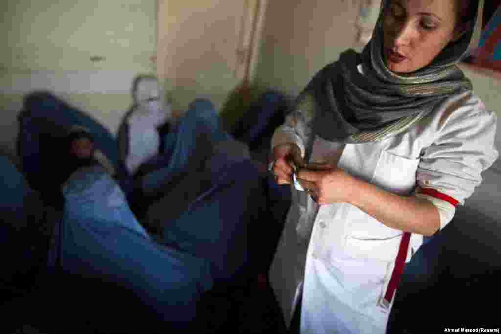 Авганистанска лекарја ја објаснува употребата на кондоми за група жени во центар за одвикнување од дрога финансиран од Обединетите нации. (Кабул, 29 јануари 2021 година)