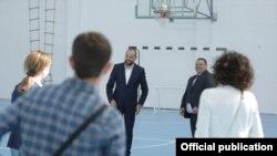 Вицепремиерот за економски прашања Фатмир Битиќи во посета на спортска сала во Крушево.