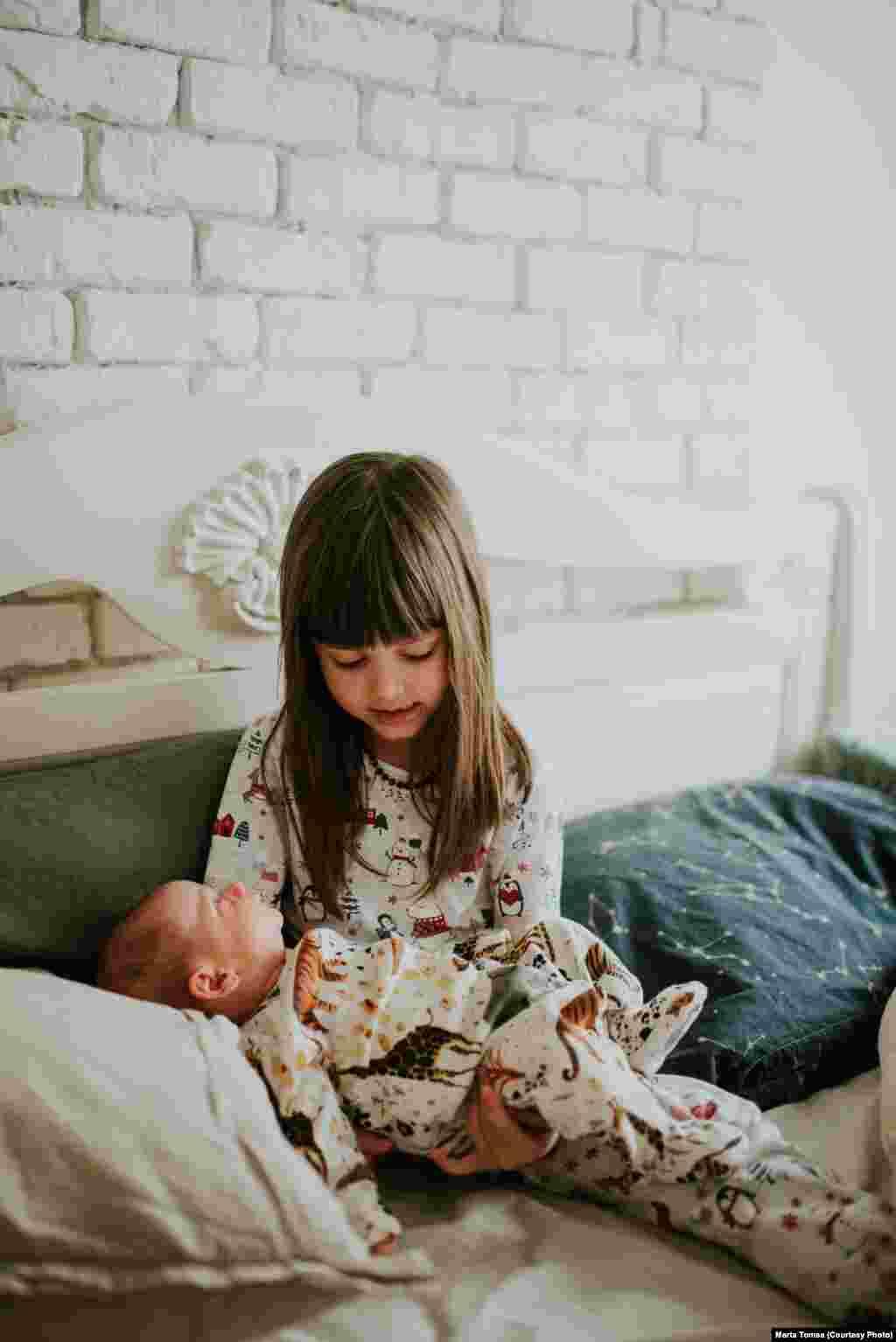 A kis Nora Cristescu viszont MartaTomșa és Daniel Cristescu második gyermeke - van egy nővérkéje, segít vigyázni rá.