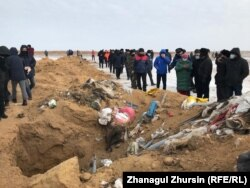 Жители села Бестамак недалеко от Актобе, требующие закрыть свиную ферму. 19 ноября 2020 года