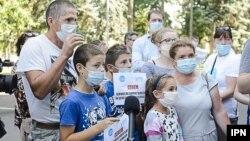 Protestul părinților și copiilor cu probleme de auz la guvern. 30 iulie 2020