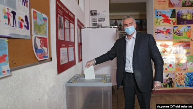 Российский глава Крыма Сергей Аксенов во время голосования за поправки