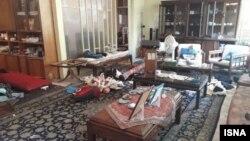 نمایی از وسایل شخصی به هم ریخته بهآذین در خانهاش، پس از سرقت، تیر ۱۴۰۰
