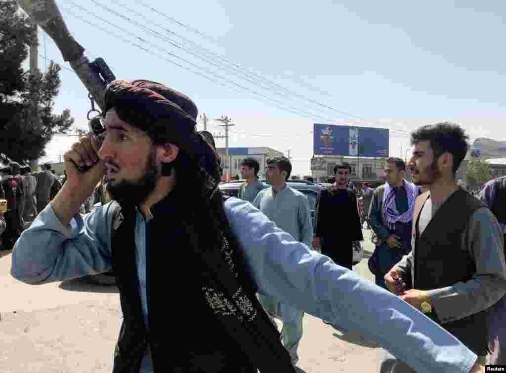 Боец на талибаните проверява периметъра около летището в Кабул, 16 август 2021 г.