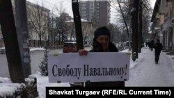 Алексей Навальныйды колдоп чыккан пикетчи. Бишкек. 2021-жылдын 23-январы.