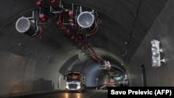Crnogorska Vlada 8. jula je objavila da je Crna Gora smanjila kineski dug za gradnju dijela autoputa. (Foto: Građevinski radnici rade na autoputu koji povezuje grad Bar na jadranskoj obali Crne Gore sa susednom Srbijom; autoput Bar-Boljare, u blizini Kolašina, 11. maja 2021.)