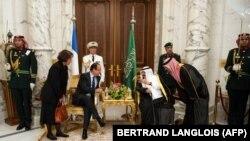 Szaúd-Arábia királya, Abdullah bin Abdulaziz a szaúdi királyi palotában beszélget tolmácsok segítségével Francois Hollande francia elnökkel 2012. november 4-én