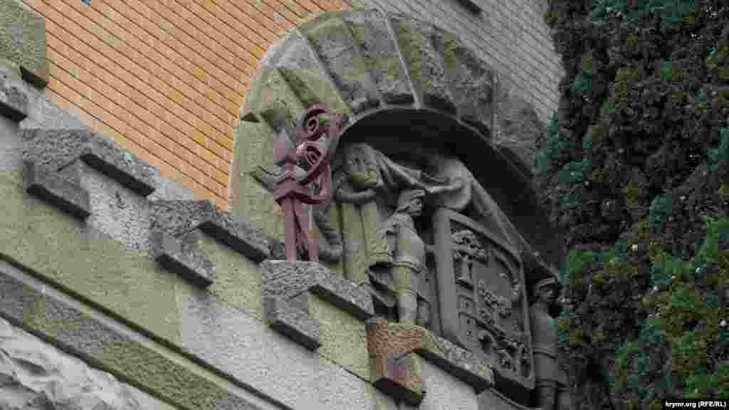 Родовой герб князей Гагариных над южным, изначально главным, входом, который заслонили разросшиеся кипарисы. На нем надпись на латыни «В древности – сила»