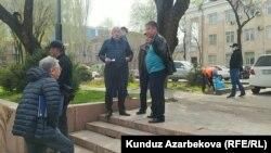 Боршайкомдун алдындагы акция. Сүрөттө Коммунисттер партиясынын лидери Исхак Масалиев (ортодо).