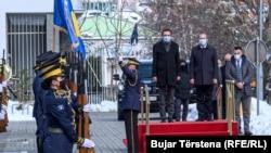 Aljbin Kurti, i njegov prethodnih na mestu premijera Avdulah (Avdullah) Hoti tokom intoniranja kosovske himne prilikom primopredaje dužnosti 23. marta 2021. u Prištini.