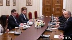 Пол Ахърн (в средата вляво) и посланик Херо Мустафа по време на срещата с екипа на президента Румен Радев на 2 юни 2021 г.