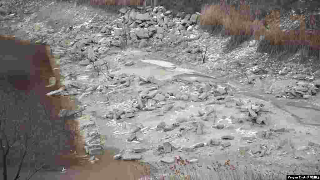 Обнажились обломки каменных блоков, которые всегда были под водой