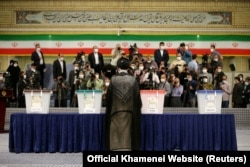 Lideri suprem, Ajatollah Ali Khamenei duke votuar në zgjedhjet presidenciale.