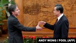 Secretarul de stat american Antony Blinken și șeful diplomației chineze, Wang Yi, înainte cu mulți ani de schimbul de replici acide din acest an de la Anchorage, Alaska - aici la o întâlnire de la Beijing, din februarie 2015