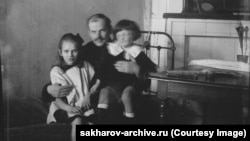 Andrei Saharov (dreapta), în vârstă de aproximativ trei ani, cu tatăl său Dmitri și verișoara Katia Saharova, anul 1924.