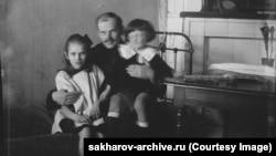 Андрей Сахаров (справа) в возрасте около трех лет со своим отцом Дмитрием и двоюродной сестрой Катей Сахаровой в 1924 году.