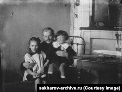 Үш жасар Андрей Сахаров (оң жақта) әкесі Дмитрий және туысы Катя Сахаровамен бірге. 1924 жыл.