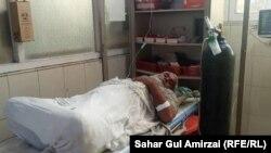 جلالاباد کې د پاکستان ویزې ترلاسه کولو لپاره ګڼه ګوڼه کې ټپي شوی سپین ږیری کس