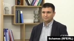 На думку колишнього міністра закордорнних справ України Павла Клімкіна, уряд Орбана намагається мобілізувати свій електорат завдяки залученню угорців, зокрема із Закарпаття