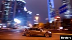 یک خودرو تسلا در حال عبور در خیابانی در شانگهای چین
