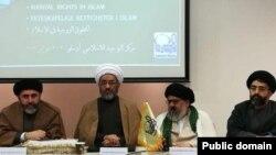 مصطفی مطهری، نفر اول سمت راست در جلسهای در مرکز اسلامی توحید در نروژ