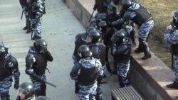Полицейские избивают задержанных