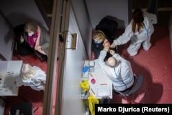 O femeie primește o doză de vaccin Sinopharm. Vaccinarea împotriva Covid-19 a început la Belgrad pe 2 februarie.
