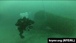 Андрій Яременко поруч із балістичною ракетою Р-39. Глибина – 70 метрів
