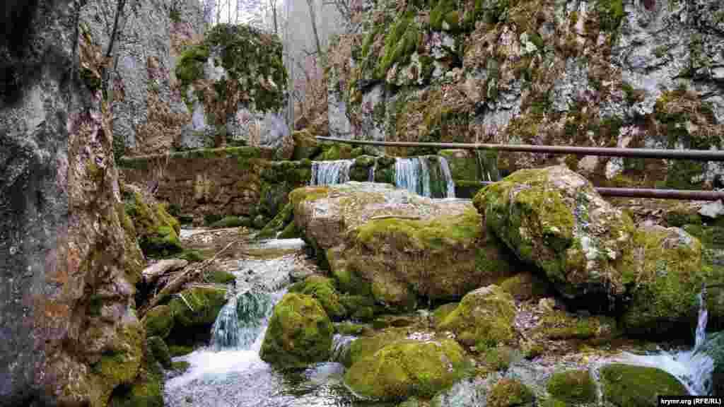 Каскад водоспадів у найвужчому місці річки