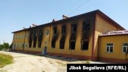 Здание сгоревшей школы в селе Максат. Баткенская область.