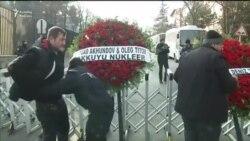 Венки у посольства России от бизнесменов