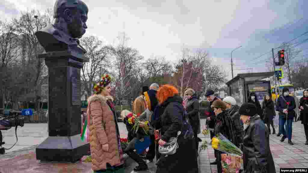 По словам корреспондента Крым.Реалии, впервые за годы аннексии возле памятника Кобзарюне было видно нарядов российской полиции и «самообороны» во время проведения мероприятий