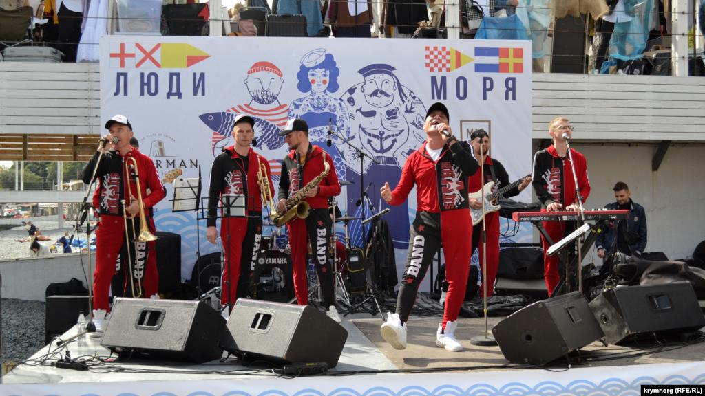Тут же, у моря со сцены гостей развлекали музыкальные группы, создавая праздничное настроение пришедшим