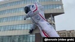 Надувной космонавт у здания СФУ, Красноярск