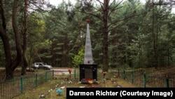 """Un obelisc din Novoshepelychi cu inscripția """"Aici au fost îngropați oamenii din satele dimprejur care au fost omorâți de invadatorii fasciști în Marele Război Patriotic. 1941-1945""""."""